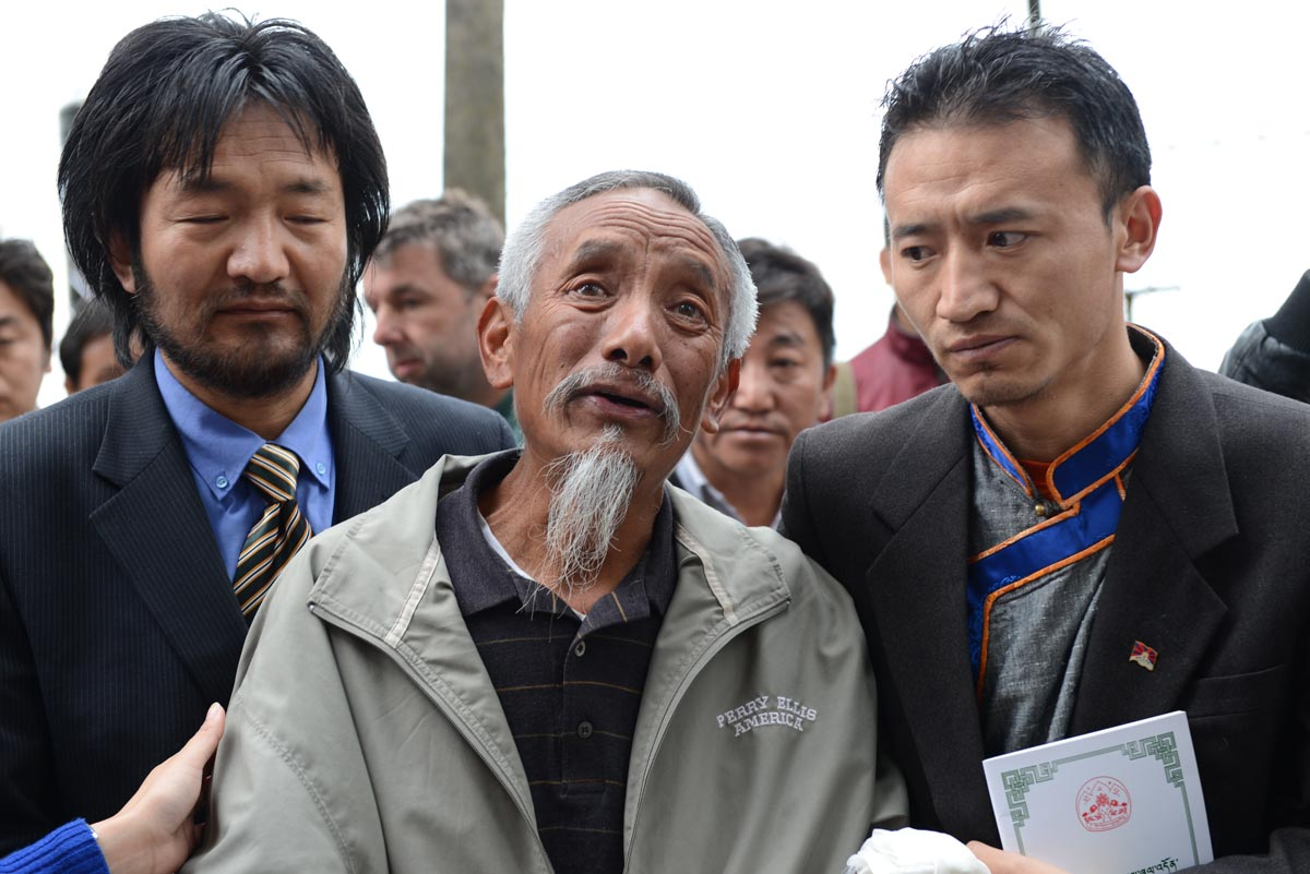 Lhasang Tsering at the unveiling of the bust of Jamphel Yeshi